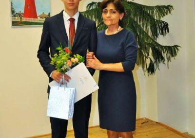 Natáčení absolventů, 24.6.2020, komorní sál ZUŠ Šimáčkova. Chlapec s paní učitelkou.