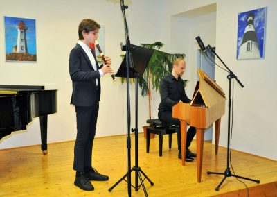 Natáčení absolventů, 24.6.2020, komorní sál ZUŠ Šimáčkova. Chlapec hrající na zobcovou flétnu a aon učitel hrající na spinet.