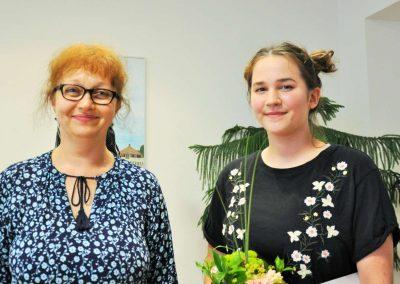 Natáčení absolventů, 24.6.2020, komorní sál ZUŠ Šimáčkova. Děvče s paní učitelkou.