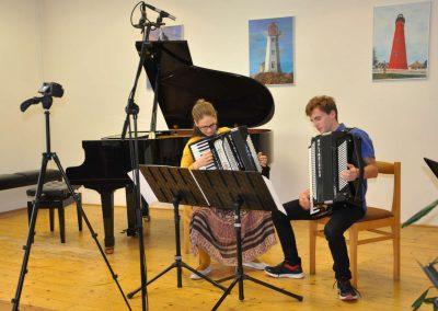 Natáčení absolventů, 24.6.2020, komorní sál ZUŠ Šimáčkova. Akordeonové duo, vlevo děvče a vpravo chlapec, oba hrající na akordeon.