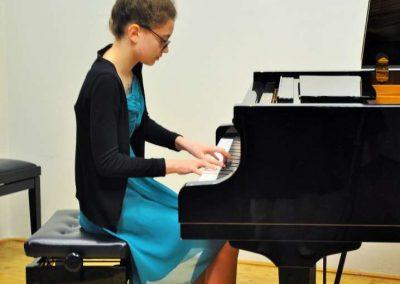 Natáčení absolventů, 24.6.2020, komorní sál ZUŠ Šimáčkova. Děvče hrající na klavír.