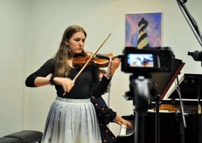 Natáčení absolventů, 24.6.2020, komorní sál ZUŠ Šimáčkova. Děvče hrající na housle.