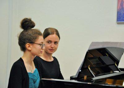 Natáčení absolventů, 24.6.2020, komorní sál ZUŠ Šimáčkova. Dvě děvčata hrající na kalvír.