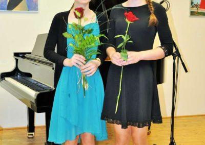 Natáčení absolventů, 24.6.2020, komorní sál ZUŠ Šimáčkova. Dvě děvčata s květinami.