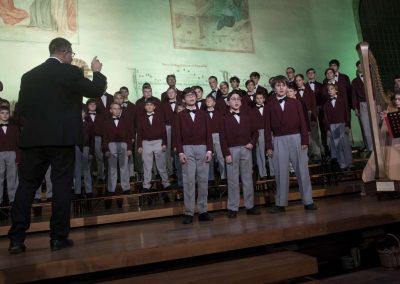 Adventní koncert Pueri gaudentes 9.12.2019 - Betlémská kaple. Pohled na sbormistra L. SLádka a zpívající chlapecký sbor.