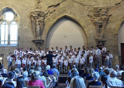 Závěrečný koncert Pueri gaudentes 24.6.2019 - Anežský klášter. Pohled na pana sbormistra J. Kyjovského a zpívající koncertní sbor Pueri gaudentes.