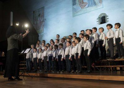 Adventní koncert Pueri gaudentes 9.12.2019 - Betlémská kaple. Pohled na sbormistryni M. Džunevu a zpívající chlapecký sbor.