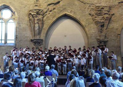 Závěrečný koncert Pueri gaudentes 24.6.2019 - Anežský klášter. Pohled na pana sbormistra L. Sládka a zpívající koncertní sbor Pueri gaudentes.
