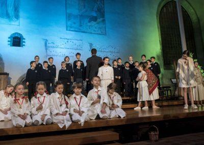 Adventní koncert Pueri gaudentes 9.12.2019 - Betlémská kaple. Pohled na žáky literárně-dramatického oboru a zpívající chlapecký sbor.