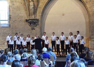 Závěrečný koncert Pueri gaudentes 24.6.2019 - Anežský klášter. Pohled na sbormistryni Z. Součkovou a zpívající chlapecký sbor.