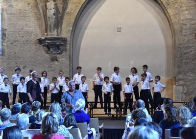 Závěrečný koncert Pueri gaudentes 24.6.2019 - Anežský klášter. Pohled na sbormistryni Z. Součkovou, pana učitele E. Hradeckého a chlapecký sbor.