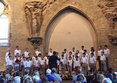 Závěrečný koncert Pueri gaudentes 24.6.2019 - Anežský klášter. Pohled na sbormistra J. Kyjovského a zpívající chlapecký sbor.