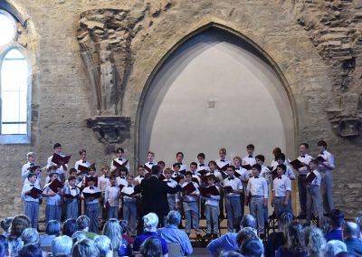 Závěrečný koncert Pueri gaudentes 24.6.2019 - Anežský klášter. Pohled na sbormistra L. Sládka a zpívající chlapecký sbor.
