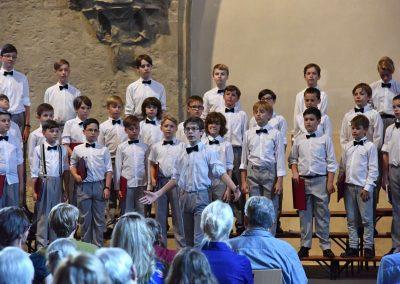 Závěrečný koncert Pueri gaudentes 24.6.2019 - Anežský klášter. Pohled na zpívající chlapecký sbor.