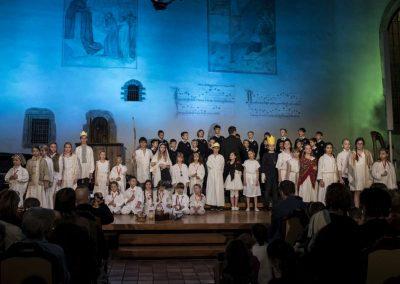 Adventní koncert Pueri gaudentes 9.12.2019 - Betlémská kaple. Pohled na žáky literárně-dramatického oboru a zpívající hclapecký sbor.