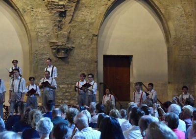 Závěrečný koncert Pueri gaudentes 24.6.2019 - Anežský klášter. Pohed na zpívající mužský sbor.