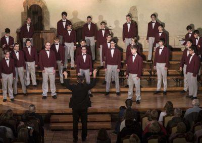 Adventní koncert Pueri gaudentes 9.12.2019 - Betlémská kaple. Pohled na sbormistra L. Sládka a zpívající mužský sbor.