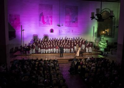 Adventní koncert Pueri gaudentes 9.12.2019 - Betlémská kaple. Pohled na sbormistra L. Sládka a zpívající koncertný sbor.