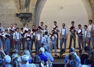 Závěrečný koncert Pueri gaudentes 24.6.2019 - Anežský klášter. Pohled na publikum, pana zpívající mužský sbor.
