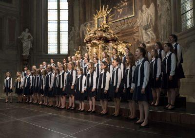 Závěrečný koncert DPSRadost Praha, 20.6.2019, kostel sv. Šimona a Judy. Pohled na zpívájící dívky ve sboru.