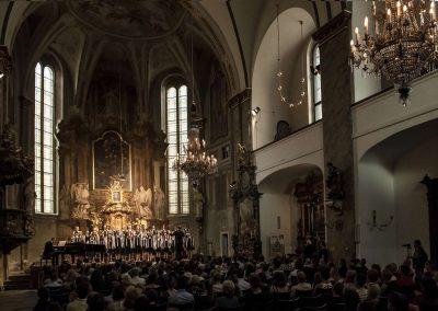Závěrečný koncert DPSRadost Praha, 20.6.2019, kostel sv. Šimona a Judy. Pohled na prostory kostela, zpívající sbor a publikum.