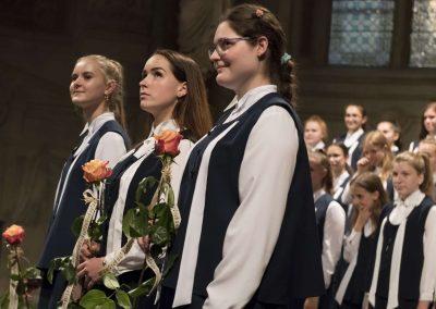 Závěrečný koncert DPSRadost Praha, 20.6.2019, kostel sv. Šimona a Judy. Pohled na tři děvčata, která mají v ruce růže.