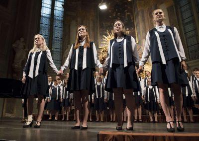 Závěrečný koncert DPSRadost Praha, 20.6.2019, kostel sv. Šimona a Judy. Pohled na čtyři zpívající sólistky.