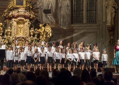 Kostel sv. Šimona a Judy, Vánoční koncert DPS Radost Praha, 19.12.2019. Pohled na přípravný sbor Koťata se sbormistryní.