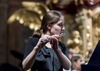Kostel sv. Šimona a Judy, Vánoční koncert DPS Radost Praha, 19.12.2019. Učitleka hrající na flétnu.