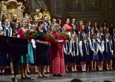 Kostel sv. Šimona a Judy, Vánoční koncert DPS Radost Praha, 19.12.2019. Pohled na DPS Radost Praha. V popředí tři učitelky s květinami.