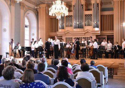 Slavnostní koncert ZUŠ Open, HAMU, 31.5.2020. Pohled na pódium, kde stojí orchestr ZUŠ Prahy 7 a dirigentka Kristina Šalšová.
