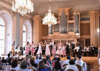 Slavnostní koncert ZUŠ Open, HAMU, 31.5.2020. Pohled tančíci děvčata a orchestr.