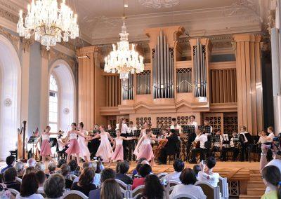Slavnostní koncert ZUŠ Open, HAMU, 31.5.2020. Pohled na tančící děvčata a orchestr.
