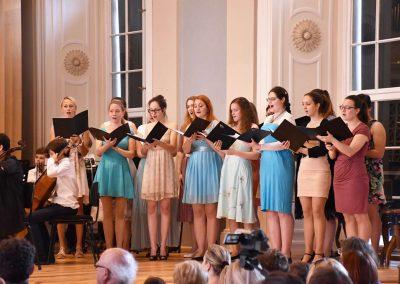 Slavnostní koncert ZUŠ Open, HAMU, 31.5.2020. Pohled na zpívající členky komorního sboru.