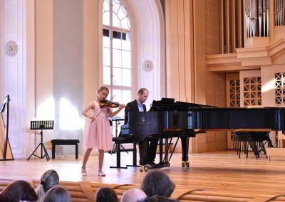 Slavnostní koncert ZUŠ Open, HAMU, 31.5.2020. Děvče hrající na housle s klavírním doprovodem korepetitora.