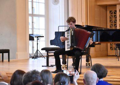 Slavnostní koncert ZUŠ Open, HAMU, 31.5.2020. Chlapec hrající na akordeon.