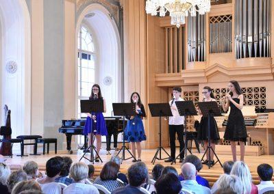 Slavnostní koncert ZUŠ Open, HAMU, 31.5.2020. Pohled na hrající kvintet zobcových fléten.