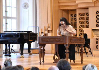 Slavnostní koncert ZUŠ Open, HAMU, 31.5.2020. Dívka hrající na cimbál.