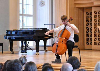 Slavnostní koncert ZUŠ Open, HAMU, 31.5.2020. Chlapec hrající na violoncello.