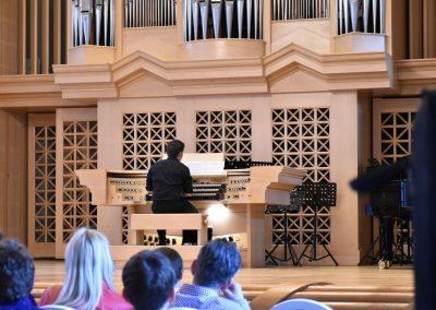 Slavnostní koncert ZUŠ Open, HAMU, 31.5.2020. Chlapec hrající na varhany.