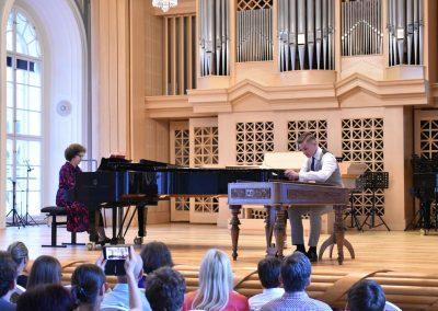 Slavnostní koncert ZUŠ Open, HAMU, 31.5.2020. Chlapec hrající na cimbla a kalvírním doproveodem korepetitorky.
