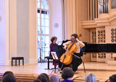 Slavnostní koncert ZUŠ Open, HAMU, 31.5.2020. Děvče hrající na violoncello s klavírním doprovodem korepetitorky.