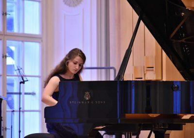 Slavnostní koncert ZUŠ Open, HAMU, 31.5.2020. Děvče hrající na klavír.