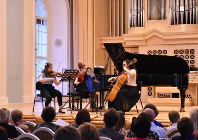 Slavnostní koncert ZUŠ Open, HAMU, 31.5.2020. Pohled na komorní soubor děvčat, hrajících na kalvír, violoncello a housle.