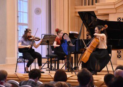 Slavnostní koncert ZUŠ Open, HAMU, 31.5.2020. Pohled na komorní soubor děvčat, hrajících na kalvír, violoncello a housle.Slavnostní koncert ZUŠ Open, HAMU, 31.5.2020. Pohled na komorní soubor děvčat, hrajících na kalvír, violoncello a housle.