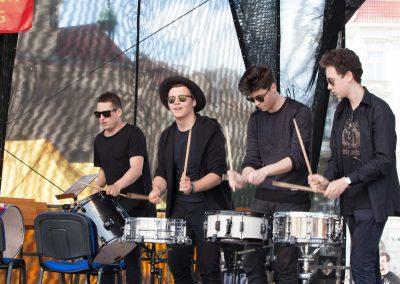 Maraton ZUŠ staroměstské náměstí soubor bicích nástrojů Drum line (4)